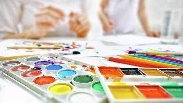 Дети рисуют. Архивное фото