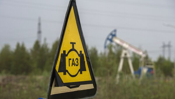 Знак газопровода на дороге. Архивное фото