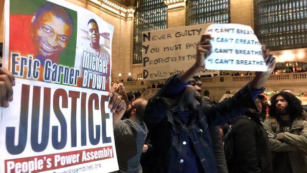 Люди протестуют на Центральном вокзале Нью-Йорка. Архивное фото