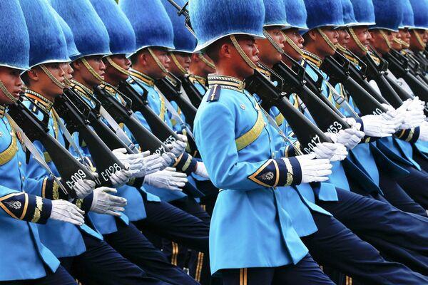 Тайская королевская гвардия марширует во время военного парада в честь празднования деня рождения короля Тайланда Пумипона Адульядета