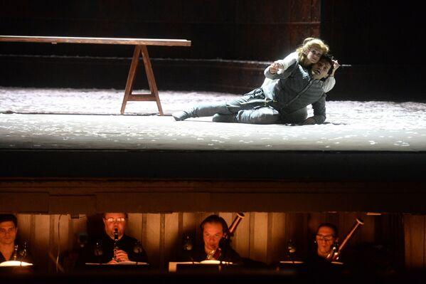 Актеры на сцене во время прогона оперы-трагедии Ромео и Джульетта