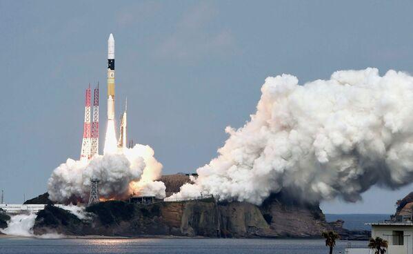 Ракета H-IIA на стартовой площадке Танегасимского космического центра