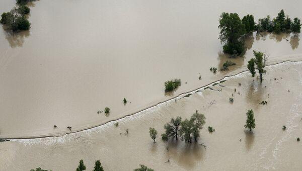 Дорога, затопленная вышедшей из берегов рекой Катунь. Архивное фото