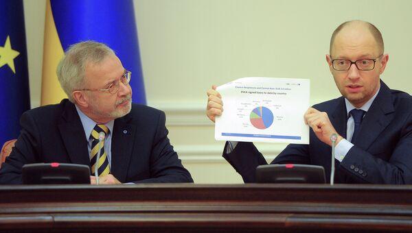Премьер-министр Украины Арсений Яценюк (справа)