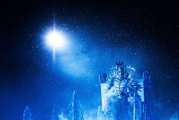 Фигурист Евгений Плющенко в роли Снежного Короля выступает на закрытом премьерном показе шоу Снежный король