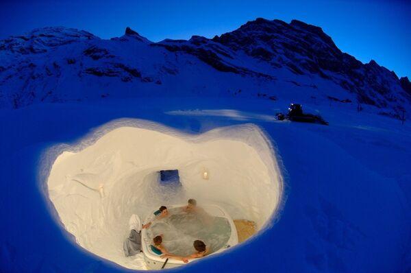 Бассейн в отеле Иглу, построенном из льда и снега в горах Швейцарии
