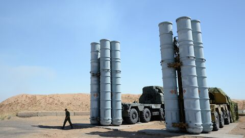 Военнослужащий у зенитно-ракетной системы С-300ПС на полигоне Ашулук в Астраханской области