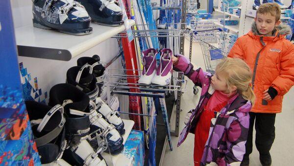 Дети у прилавков со спортивным инвентарем в магазине Спортмастер. Архивное фото