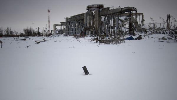 Разрушенное здание терминала аэропорта Донецка