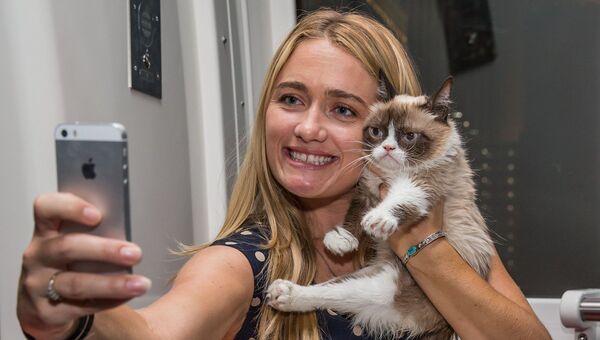 Табата Бандесен и ее Сердитый кот. Архивное фото