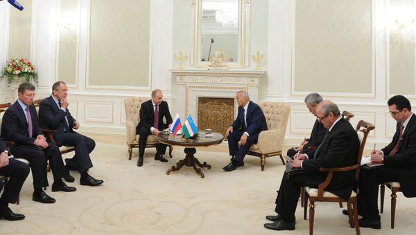 Президент России Владимир Путин и президент Узбекистана Ислам Каримов во время беседы в государственной резиденции Куксарой в Ташкенте