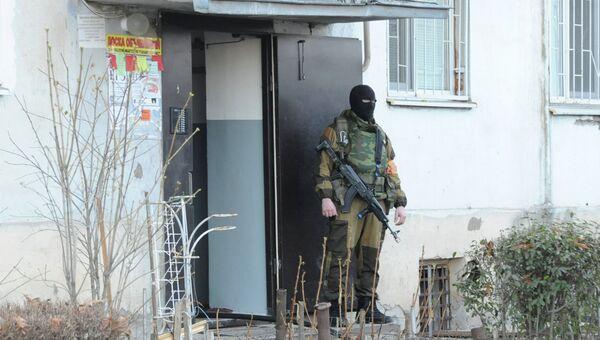 Сотрудник спецподразделения МВД возле дома, где находились террористы. Нальчик, Кабардино-Балкария. Архивное фото