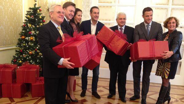 Вручение рождественских подарков от лидера ведущей оппозиционной партии Австрии