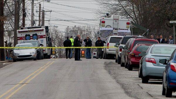 Полиция дежурит около дома, где предположительно скрывается человек, подозреваемый в убийствах в штате Пенсильвания