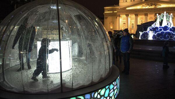 Новогодние инсталляции на Театральной площади в Москве. Архивное фото