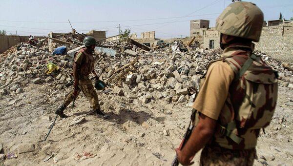 Пакистанские силы безопасности во время спецоперации неподалеку от военного училища в Пакистане, захваченного боевиками. 16 декабря 2014