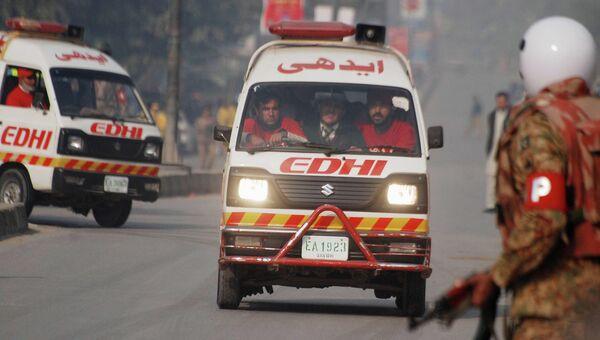 Автомобили скорой помощи неподалеку от военного училища в Пакистане, захваченного боевиками