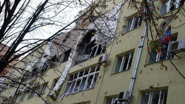 Разрушенный жилой дом в районе аэропорта города Донецка, Архивное фото