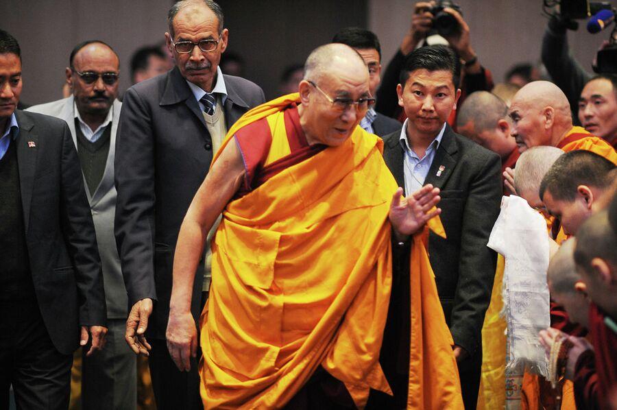 Далай-лама XIV проводит учения для паломников из России в Дели.