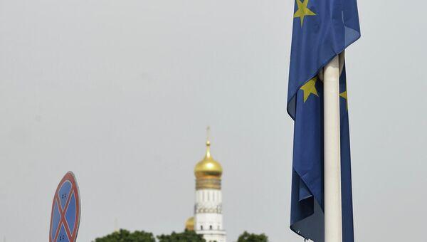 Флаг ЕС у здания представительства Европейского Союза в Москве. Архивное фото