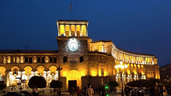 Здание правительства РА в вечернем освещении на площади Республики в Ереване. Архивное фото.