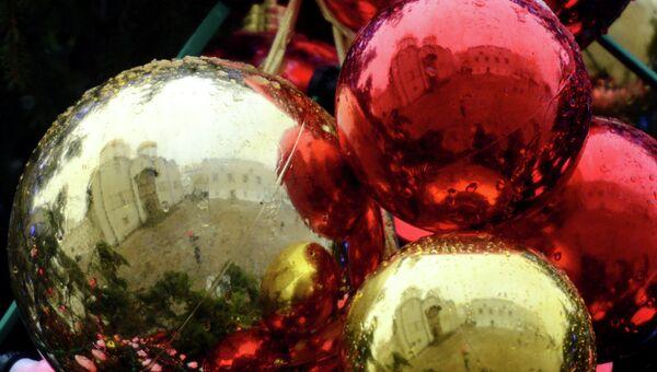 Украшение новогодней елки. Архивное фото