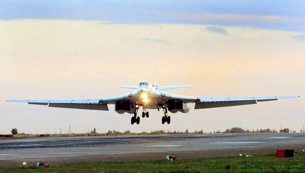 Тяжелый бомбардировщик-ракетоносец Ту-160. Архивное фото