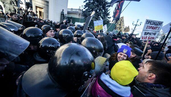 Участники протестной акции во время столкновения в сотрудниками милиции в центре Киева. Архивное фото