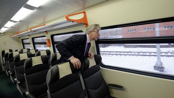 Пассажир в поезде на участке Малого кольца Московской железной дороги