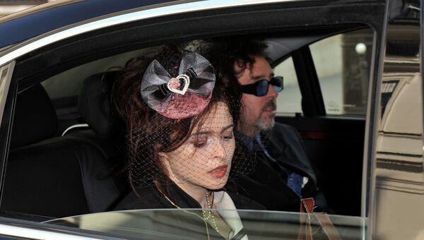 Режиссер Тим Бертон и актриса Хелена Бонэм Картер подъезжают к Министерству культуры Франции