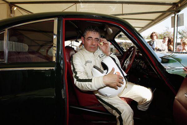 Актер и автолюбитель Роуэн Аткинсон во время соревнований в Честере, Великобритания