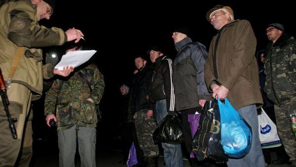 Украинские пленные во время обмена между ополченцами ДНР и украинскими силовиками