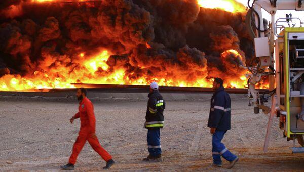 Горящая нефтяная цистерна в ливийском порту Эс-Сидр