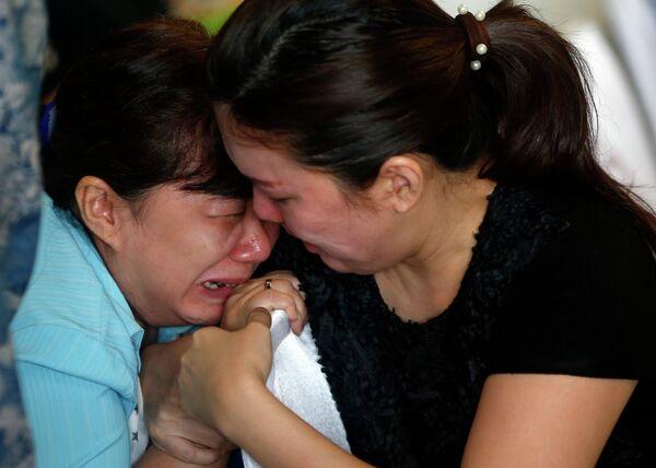 Родственники пассажиров пропавшего рейса QZ8501 компании Air Asia