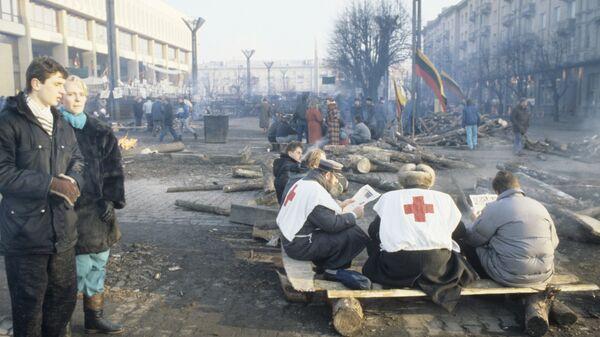 Санитары Красного креста дежурят на площади у здания парламента Литвы во время трагических событий января 1991 года