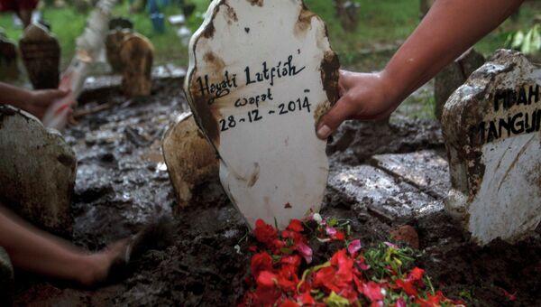 Надгробие с именем одного из погибших пассажиров Air Asia