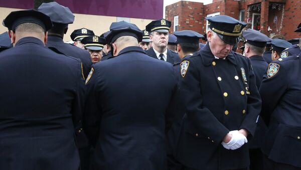 Полицейские на похоронах коллеги выразили протест мэру Нью-Йорка - повернулись к нему спиной