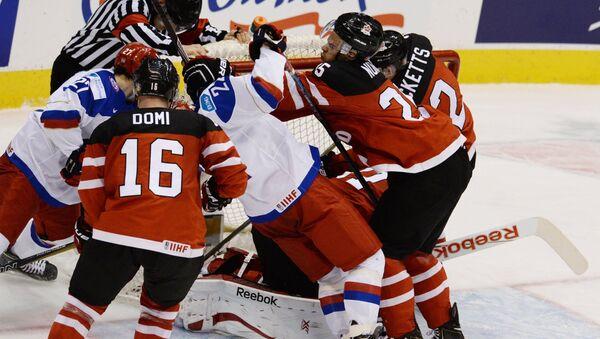Игроки сборной России и Канады Макс Доми в финальном матче молодежного чемпионата мира по хоккею