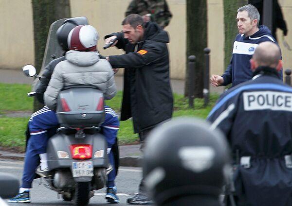 Французская полиция останавливает молодых людей на скутере недалеко от места захвата заложников в кошерном супермаркете в Париже