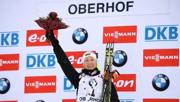 Дарья Домрачева (Белоруссия), занявшая 1-е место в гонке с масс-старта в соревнованиях среди женщин на четвертом этапе Кубка мира по биатлону 2014/15 в Оберхофе