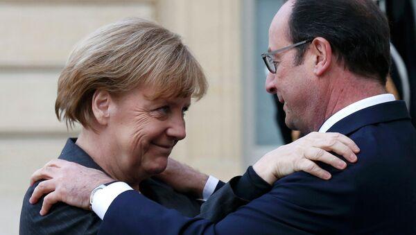 Франсуа Олланд (справа) и Ангела Меркель перед началом Марша единства в Париже