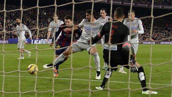 Матч сборной Барселоны против команды Атлетико в чемпионате Испании по футболу