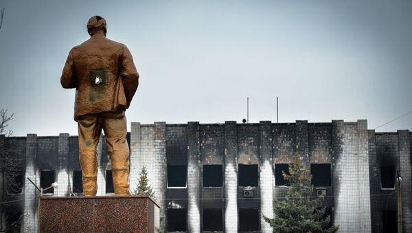Памятник В.И. Ленину у здания городского совета в Шахтерске. Архивное фото