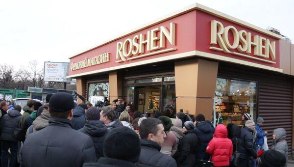 Активисты Автомайдана приклеили плакат на витрину магазина ROSHEN в Киеве