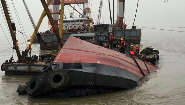 Спасатели работают на реке Янцзы, где затонул буксирный катер. Китай