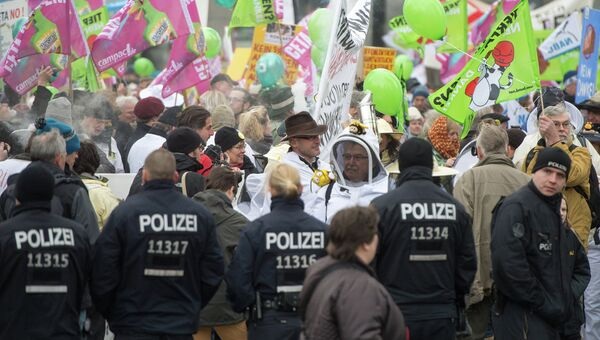 Протестующе против подписания соглашения о Трансатлантическом торговом и инвестиционном партнерстве (TTIP) в Берлине