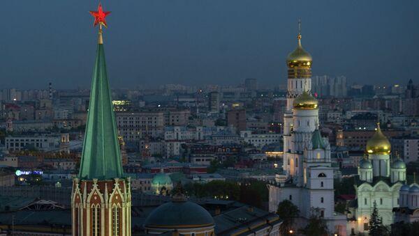 Вид на Никольскую башню, колокольню Ивана Великого и Архангельский собор. Архивное фото