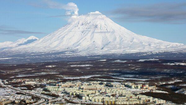 Вулкан Корякский и Петропавловск-Камчатский. Архивное фото