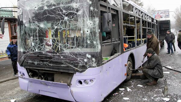 Троллейбус, подвергшийся обстрелу на остановке в Донецке