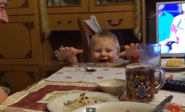 Телекинез или фокус: как рассмешить малышку